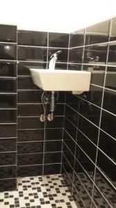 Сложный засор, вызвать водопроводчика