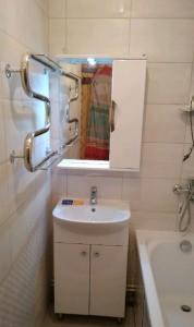 Как закрепить раковину в ванной к стене